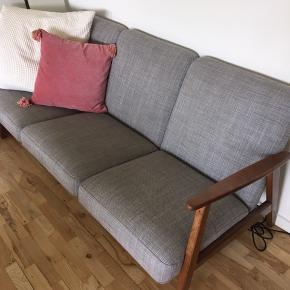 Fin grå sofa. Brugt et par år, men har ingen synlige brugsspor.  Den er 175 cm lang, 75 cm høj og 75 cm dyb.