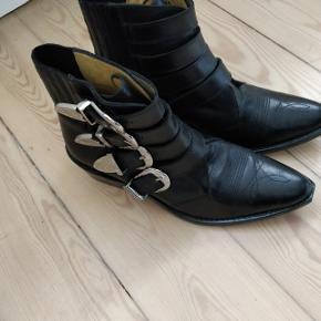 Super fine, næsten ubrugte støvler. Sælges blot fordi de aldrig bliver brugt.