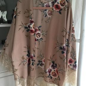 Flot blomstret kimono fra Buch i gammel rosa og beige nuancer og blomster, beige blonde kanter, kort model, så fin, brugt få gange, fejler intet, str. M/L. Pris 130 kr + porto