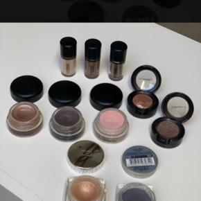 """Sælger ud af min makeupsamling, kig derfor gerne mine andre annoncer, for at åbne en god mængderabat. :-)  Her på annoncen er Paint Pots, creme-øjenskygger og Pigmenter fra hhv Mac Cosmtics, Christian Dior og Loreal.   Spørg gerne for flere billeder, navne, farver eller hvad du ellers kunne døje med af spørgsmål :-)  OBS!!! Den første paint pot fra venstre og øjenskyggen med """"bølgen"""" er solgt."""