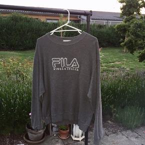 Vintage Fila sweatshirt i rigtig god stand. Vil vurdere den til at fitte M. Fejler ingenting. Byd.