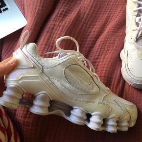 Nike shox, størrelse 39. Købt for nyligt i Berlin, og kun brugt fire gange, de er derfor i meget god stand. Kom med et bud :)