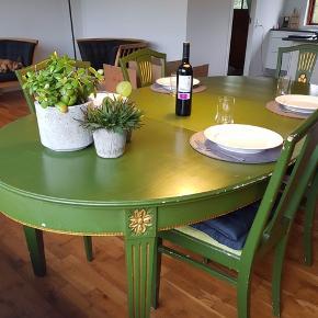 Klassisk grønt spisebord i træ med fine guld detaljer.   Kan slibes og males, så der er mulighed for et hyggeligt gør-det-selv projekt.   2 tronstole, 10 alm stole og 3 udvidelsesplader medfølger.   Hent selv i Aalborg Øst i morgen eller senest lørdag.