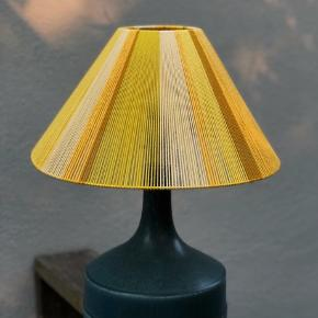 Unik one-of-a-kind bordlampe med keramikfod og håndlavet lampeskærm af garn🌞 (Der laves kun denne ene lampe, da keramikfoden er antik). Har man selv en lampefod, som man er glad for, kan en identisk lampeskærm købes seperat for 800kr.   Jeg laver også loftslamper - se mine andre annoncer 💫