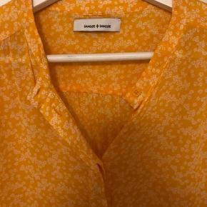 Sød skjorte, passer M/L i str.  Brugt få gange. BYD