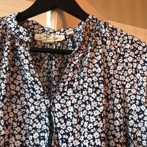 Smuk bluse i blomsterprint, så blød og dejlig!