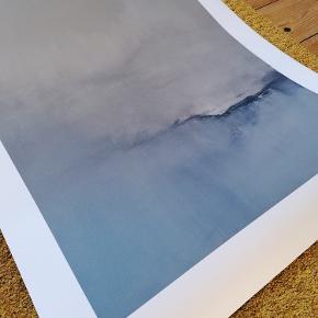 Kunst tryk 'Color' af Maria Leinonen. Papirkvalitet: 265 gram Signeret. 50 x 70 cm Har aldrig været i ramme. Ligger i original paprør som medfølger. Har et mærke i øverste venstre hjørne, som også prisen afspejler (se billede). Den hvide kant kan evt. skæres af, så mærkes forsvinder. Farven er en smule svær at gengive, den blå er mere nedtonet i virkeligheden. Googl evt. kunst trykket.  Nypris i butik: 660 Kr.  Kan afhentes i Esbjerg eller sendes. Angivet pris er excl. fragt.