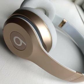 Beats Solo3 Wireless on-ear Gold  Kasser/oplader/ituri medfølger. Ny pris: 2000 kr. kun brugt få gange. Skriv for flere billeder.
