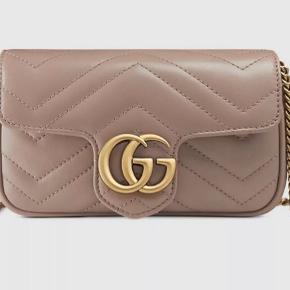 Gucci Marmont Mini taske. Aldrig brugt, helt ny - uden det mindste lillebitte brugstegn.   Æske, kvittering, dustbag m.m. hører med :)