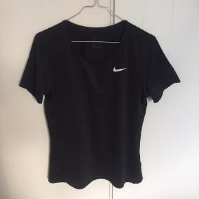 Løbe t-shirt fra nike str m Sælges for 95kr plus porto