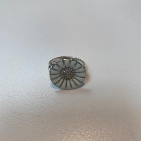 Str. 50.  Porcelænet er gået i stykker på noget af ringen, men ses kun hvis man nærstuderer ringen.