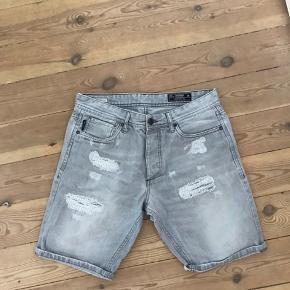 Grå shorts fra Jack and Jones i en størrelse M
