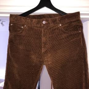 Brune fløjlsbukser / corduroy , fra Weekday  str W 32 L32! Brugt 2-3 gange max så næsten som nye! :)