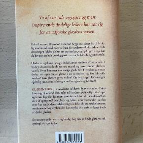 Glædens bog af Dalai Lama & Desmond Tutu med Douglas Abrams Fang lykken i en turbulent verden Den tidligere ærkebiskop, Desmond Tutu og den tibetanske guru, Dalai Lama, er to af verdens mest fredselskende mænd. Begge har viet deres liv til fredelig modstand mod enhver form for undertrykkelse. På trods af deres store erfaringer med verdens lidelser - også på egen krop - har de begge bevaret en helt utrolig og smitsom livsglæde. Indb m smudsomslag, kan sendes m DAO for 40 kr oveni til nærmeste udleveringssted