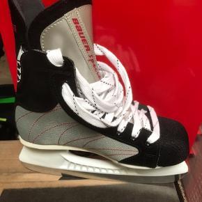 Nye Bauer hockeyskøjter/ skøjter str 36. Købt for 500kr. Kan sendes med DAO for 48kr eller hentes i Esbjerg.