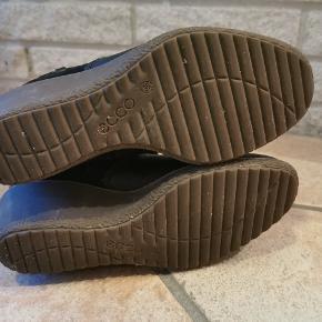Ecco støvler i ægte skind. Kun brugt 5 gange, og sælges derfor. De er rigtig gode at gå i og meget behagelig. Der er næsten ingen brugstegn.