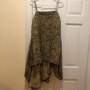 Sælger denne Rachel Comey kjole. Kostede 4500 kroner fra ny. Vil derfor gerne have 1700 kroner for den. Aldrig brugt. Blåt glimmer/skimmer i de sorte striber på kjolen. Se også dette link for at se kjolen bedre:   https://www.modaoperandi.com/rachel-comey-r19/ondine-asymmetric-jacquard-top?color=print&size=US%206&country=US&gclid=Cj0KCQjwoqDtBRD-ARIsAL4pviAkoWXTqWGup6PQ_gx7U5jFDomLtxcImd2Pl8q2cBabVlE282_-IMEaAimrEALw_wcB