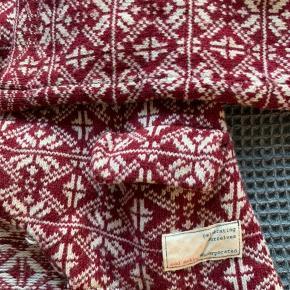 Odd Molly cardigan i uld. Dejlig varm, med fine detaljer. Brugt over én vintersæson, den er derfor i god stand.