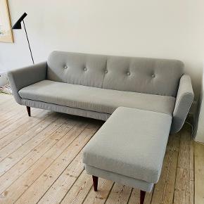 SITS sofa med tilhørende puf fra Ilva til salg. 3 pers med mørkebrune træben. Stof i en flot grå farve. Sofaen er i god stand med lettere brugsspor. Prisen inkluderer puf.