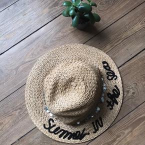 🙏🏼 ALT SKAL VÆK - SÆLGER BILLIGT 🙏🏼  👗 Super cool hat. Den sølv kæde kan tages af hatten  👑 Den er helt ny  🔥Se også mine mange andre annoncer og følg mig gerne - der kommer løbende nyt🔥