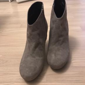 Fede støvler i grå fra Billi Bi str 39 - aldrig brugt ;) Nypris 1499kr  Prismærket er dog faldet af! Støvlerne er 9-9,5 cm høje