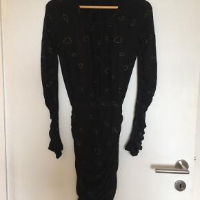 Fineste kjole fra Stine Goya med guld skyer. Kun brugt en enkelt gang. Passer small/medium grundet meget elastisk stof.   Se mine andre annoncer. Ved køb af flere items finder vi en god pris:)   Ingen returnering, køber betaler fragt.