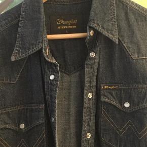 Varetype: Langærmet Farve: Blå   Fin skjorte  Der handles over mobilepay - ved køb over ts betaler køber alle gebyrer