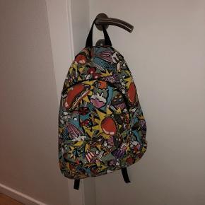 Super sej taske, med tegneserie agtige billeder med mad tema. God at gå med. Brugt en gang. God rygsæk. Sælges da den ikke bruges. Ikke den bedste kvalitet, så god til børn/unge der render meget rundt, eller hurtigt vil udskifte deres ting.