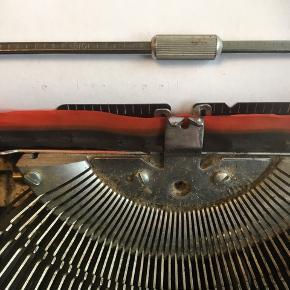 Retro skrivemaskine  Skal have nyt farvebånd, hvis du vil bruge den til at skrive på (kan købes på nettet). Jeg har blot haft den stående til pynt - og derfor ved jeg ikke, hvilket farvebånd, den skal have.    Giv et bud.
