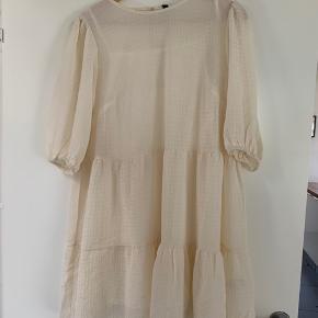 Fin hvid kjole fra H&M. Aldrig brugt.  Med underkjole, så den ikke er gennemsigtig.