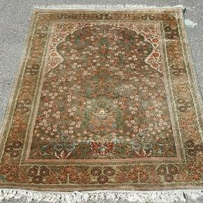 Smukt vintage silketæppe, måler 200 x 125