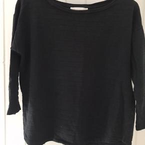 Super fin trøje fra Mads Nørgaard. Ærmerne er 2/3, og striberne på trøjen er skifte hvis sort, og sort med glimmer.  Bliver desværre ikke brugt så meget mere, derfor sælges den.