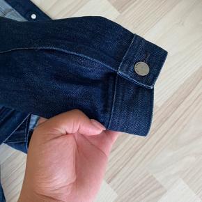 🌸 Brugt et par gange  🌸 Sælges da den er en smule for lille til mig 🌸 rigtig pæn mørkeblå denim jakke!