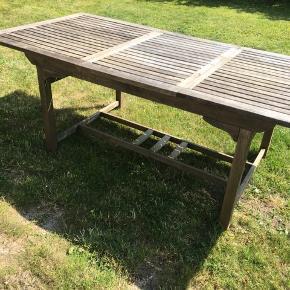 Teak havebord, skal have en kærlig hånd og lak - hvorefter det kan stå som nyt. Mål:  220 cm L. 100 cm b. 75 cm h.   Skal afhentes i Nivå, Nordsjælland