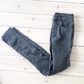 📦 FLYTTESALG 📦  Alt skal væk gør et godt kup  Selected Femme jeans i grå   størrelse: 27   pris: 70 kr   fragt: 37 kr ( 33 ved TS handel )   Tager ikke mål eller billede med varen på