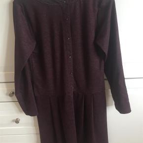 Super flot langærmet kjole med flotte detaljer for og bag  Stand næsten som ny!  Str 42/XL  Kjole med flotte detaljer Farve: Bordeaux