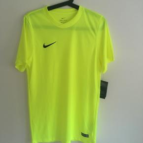 Neon gul t-shirt fra Nike str. S. Passer med 14-16 år.  Ny med mærke.  Nypris 170 kr.  Sælges for 60 kr.   Sender gerne.  Modtager kontant, bankoverførsel samt mobilepay.  Ingen dyr, ingen røg og ingen tørretumbling.