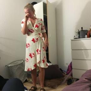 Super fin kjole fra ganni, dog ret lille i str. svarer til en str. 40. På indersiden af kraven er der en plet fra selvbruner, dog ikke noget men ser, når man har den på. Er stadig som ny. Byd gerne🤠