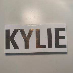 Sælger min Royal Peach Palette fra Kylie cosmetics som jeg har købt i USA. Den er nærmest ikke brugt og fremstår derfor som ny. Betalte omkring 45$ for den.