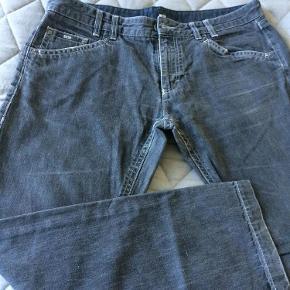 Varetype: Fede jeans Størrelse: 40/32 Farve: Sort/grå Oprindelig købspris: 1000 kr.  Fede jeans fra Hugo Boss. Pæn pasform og ikke slimfit  Blevet for store!  De er en forvasket sort/grå.  Brugte, men i Super stand og med mange timer til brug endnu.  Kom med et friskt bud