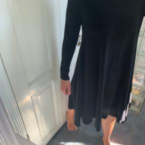 Hjemmesyet velourkjole. Stoffet falder tungt og klæder både en str. M og L