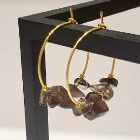 Forgyldte håndlavede kreoler med halvædelsten (røgkvarts) og forgyldte perler. 25 mm i diameter. Nikkelfri.   Sendes via TS med DAO for ca. 32 kr eller uforsikret med postnord til 10.  PRISEN ER FAST.