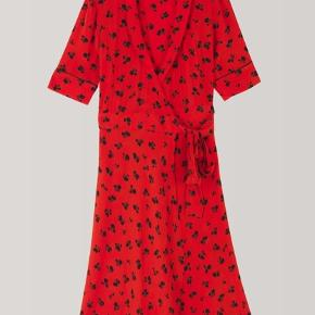 Rød emory crepe wrap dress sælges, hvis rette pris opnås :)