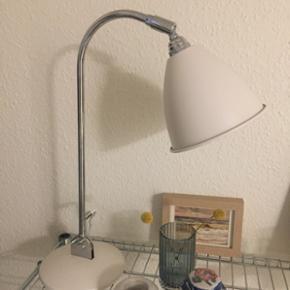 Meget smuk lampe fra Gubi 💕 farven er hvid æggeskal 💕 brugt meget lidt, ser derfor ud som ny 💕 skriv endelig hvis du har spørgsmål