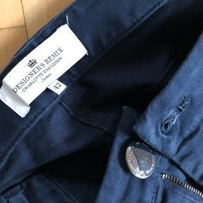 Den klassiske model med knapper i lommer og lynlås nederst i ben Baglommer som på jeans Smuk blå farve Model Seazipit Nypris 1000