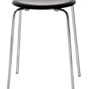Ubrugt Arne Jacobsen DOT skammel sælges. Den har stået i en kasse og er ikke blevet registreret hos Fritz Hansen endnu.     Stel i krom og sæde i sort ask finér.     H: 44 cm - Ø: 34 cm.    Nypris: 1.750,-