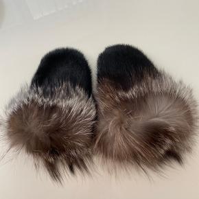 Ægte sælskindshandsker fra Grønland (derfor intet mærke). Omkredsen om håndleddet er rævepels. Brugt 1-2 gange, mest købt som souvenir.
