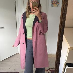 Pink/lyserød frakke, fra en luksus vintage butik. Nypris: 1400kr  Den fejler intet udover nogle lilla misfarvninger i inderstoffet. Intet man ser.