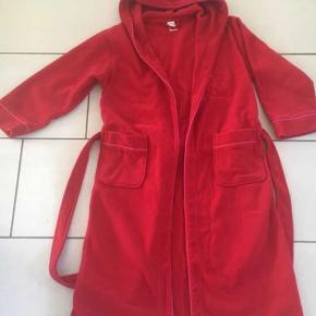 Bade/morgen kåbe med to lommer og hætte i fleece materiale.