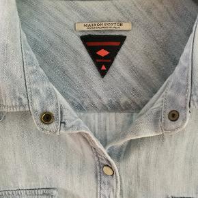 Fed lys denim skjorte med rå detaljer fra Maison Scotch. God stand, kun brugt få gange.  Nøgleord Denimskjorte retro vintage look